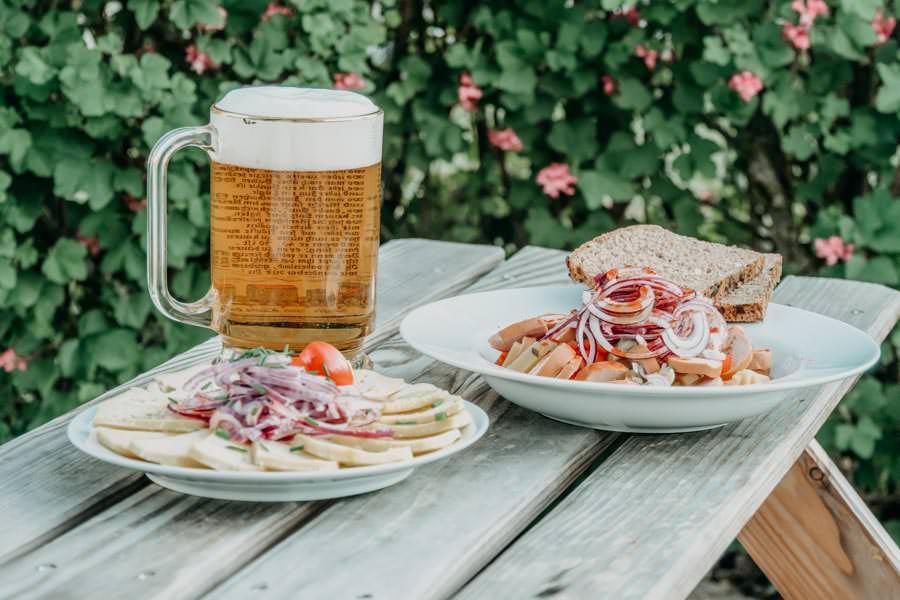 Wurstsalat mit Kaese und saurer Kaese Rezept mit Bier