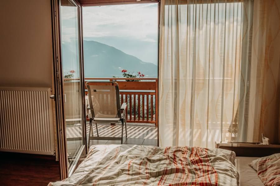Pension Schenna – Pension Hahnenkamm – Ferienwohnung Aussicht Balkon