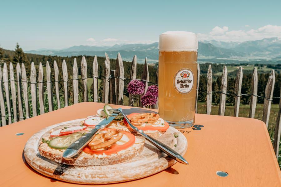 Wanderung Hauchenberg mit Alpkoenigblick im Allgaeu – Klings Huette Brotzeit mit Bier