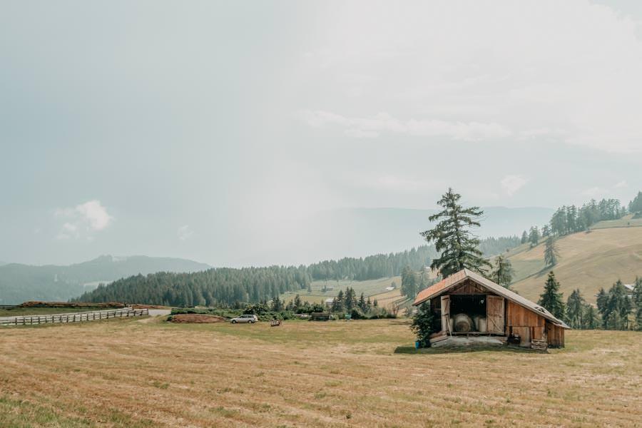 Wanderung Leadner Alm Suedtirol – Gewitterwolken mit Huette