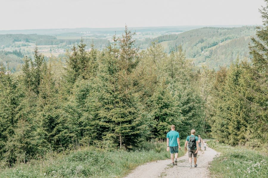 Wanderung beim Glasmacherdorf Schmidsfelden im Allgaeu – Bergab