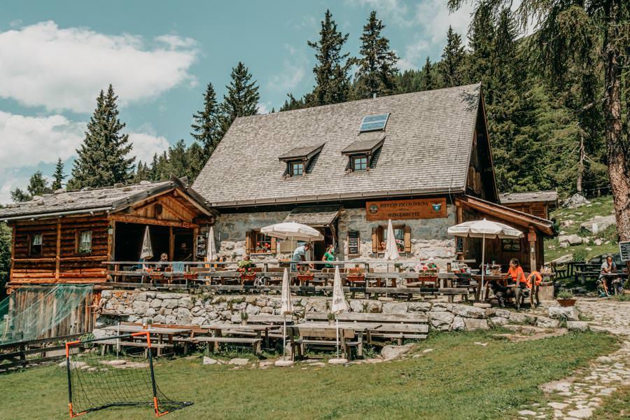 Wanderung zur Ifinger Huette in Suedtirol – Ifinger Huette mit Terrasse