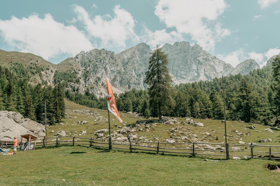Wanderung zur Ifinger Huette in Suedtirol – Ifinger mit Fahne