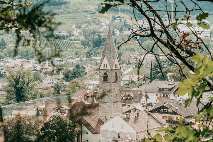 Dorf Tirol Wanderung mit Schlenker ueber den Algunder Waalweg in Suedtirol 16