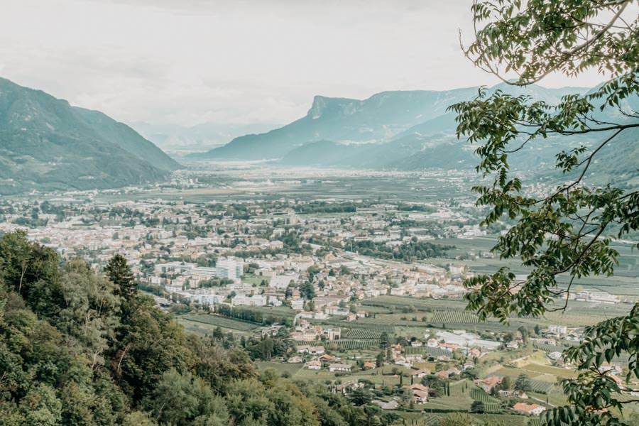 Dorf Tirol Wanderung mit Schlenker ueber den Algunder Waalweg in Suedtirol 30