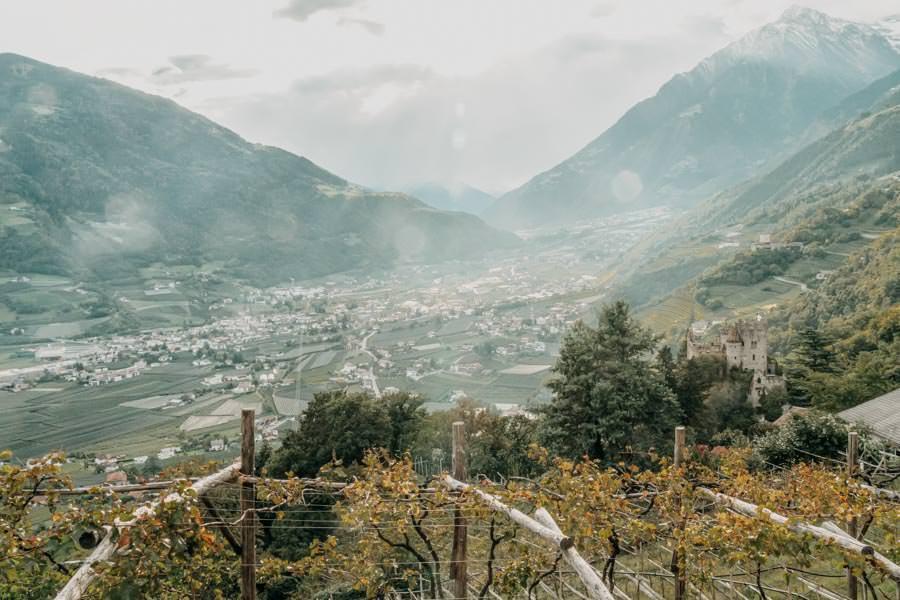 Dorf Tirol Wanderung mit Schlenker ueber den Algunder Waalweg in Suedtirol 31